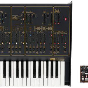 TECLADO SINTETIZADOR PROFESIONAL Set de edición limitado que incluye un ARP ODYSSEY de tamaño completo y secuenciador KORG SQ-1. Versión Rev2 con panel en color negro y dorado. Montado en Japón a a partir de un número muy limitado de componentes. Teclado de 37 notas de tamaño estándar. Polifonía máxima: 2 voces como duofónico. monofónico en funcionamiento normal. Generador de ruido. Portamento. VCO