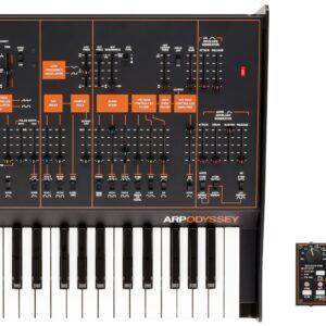 TECLADO SINTETIZADOR PROFESIONAL Set de edición limitado que incluye un ARP ODYSSEY de tamaño completo y secuenciador KORG SQ-1. Versión Rev3 con panel en color negro y naranja. Montado en Japón a a partir de un número muy limitado de componentes. Teclado de 37 notas de tamaño estándar. Polifonía máxima: 2 voces como duofónico. monofónico en funcionamiento normal. Generador de ruido. Portamento. VCO